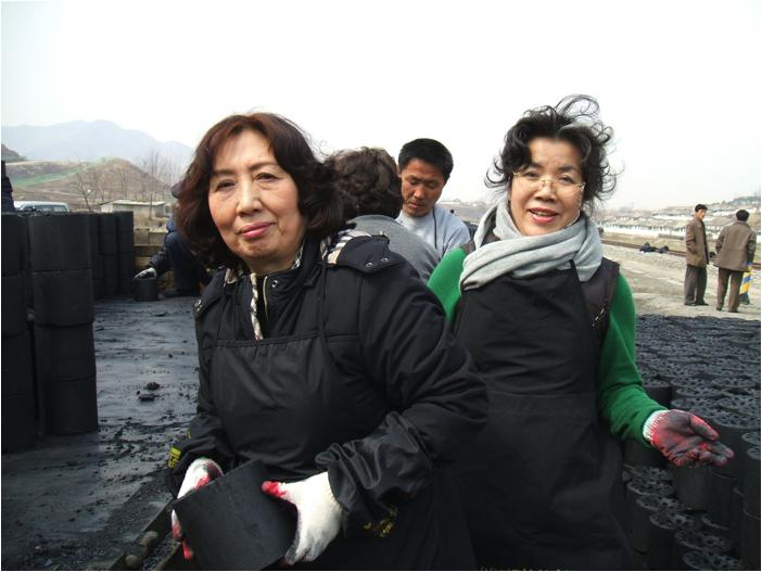 北朝鮮の同胞へ練炭を届ける全国女性会
